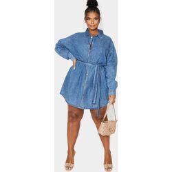 PLT Plus - Robe en jean bleu moyennement délavé à détail ceinture - PrettyLittleThing - Modalova