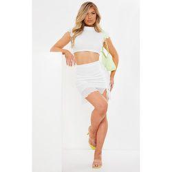 Mini jupe froncée en mesh nouée sur le côté à ourlet volanté - PrettyLittleThing - Modalova