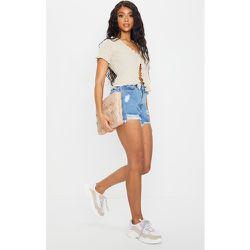Short en jean bleu moyennement délavé à déchirures - PrettyLittleThing - Modalova