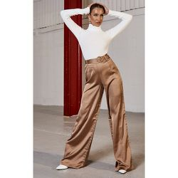 Pantalon satiné cendré à jambes évasées et détail ceinture - PrettyLittleThing - Modalova