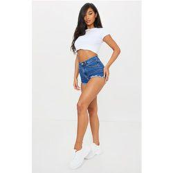 Short en jean bleu moyennement délavé à ourlet effiloché - PrettyLittleThing - Modalova