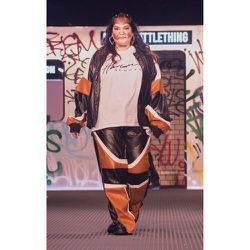 PLT Plus - Pantalon ample imprimé cachemire à parties en similicuir - PrettyLittleThing - Modalova