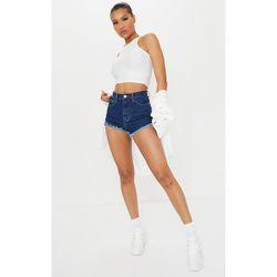 Short en jean bleu foncé délavé à ourlet effiloché - PrettyLittleThing - Modalova