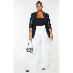 PLT Plus - Pantalon droit texturé à plis - PrettyLittleThing - Modalova