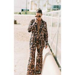 Pantalon imprimé léopard à jambes évasées - PrettyLittleThing - Modalova