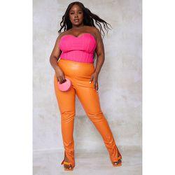 PLT Plus - Pantalon en similicuir à ourlet fendu - PrettyLittleThing - Modalova