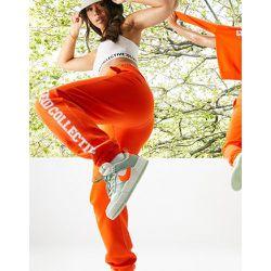 ASOS - Weekend Collective - Pantalon de jogging oversize à imprimé universitaire - ASOS Weekend Collective - Modalova