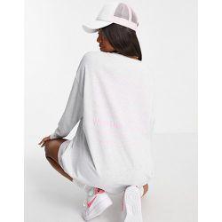 ASOS - Weekend Collective - Robe t-shirt oversize avec logo superposé et manches longues - Blanc polaire chiné - ASOS Weekend Collective - Modalova