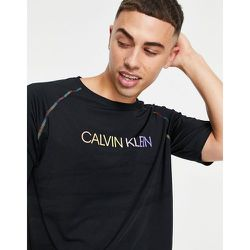 Performance - Capsule Pride - T-shirt à logo et coutures arc-en-ciel sur les bras - CK - Calvin Klein - Modalova