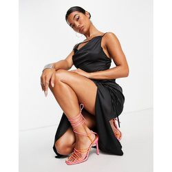 X Amber Gill - Robe caraco mi-longue en satin à bretelles avec fronces sur le côté - Public Desire - Modalova
