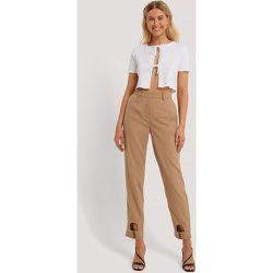 Pantalon De Costume À Découpes - Brown - Danaë x NA-KD - Modalova